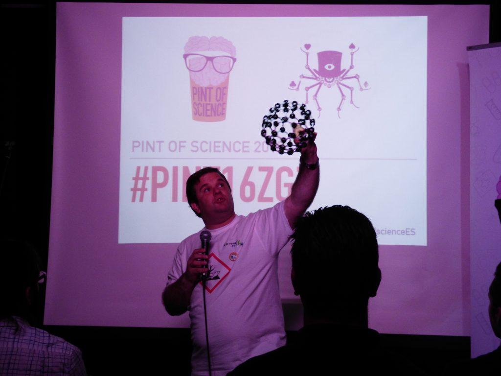 """Mi """"monologo"""" de nanociencia en El Sotano Mágico el tercer día del Pint of Science de Zaragoza, con un sentido homenaje a Sir Harold Kroto (fallecido hace un mes), descubridor en 1985 de las pelotas de Fuller o fullerenos, esas moléculas de 60 carbonos en forma de pelota de futbol que tengo en la mano."""