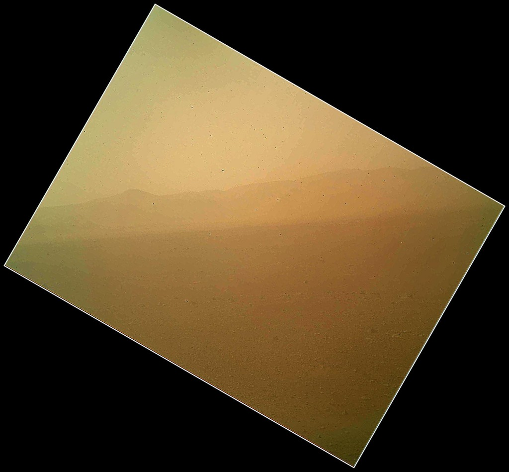 Imagen en color tomada por MAHLI. Se observa el borde del cráter al fondo, y toda una llanura hasta este. En el suelo se ven rocas de tamaño muy parecido cubriéndolo todo. NASA/JPL-Caltech.