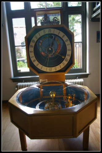 Un modelo funcional del sistema solar acoplado a un reloj astronómico.