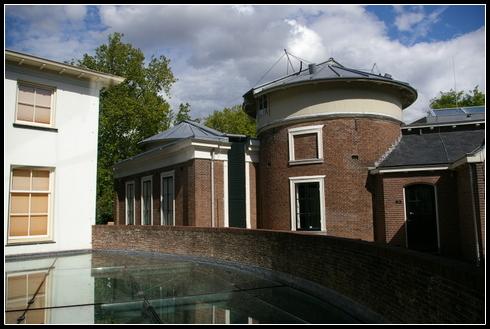 Este edificio alberga los telescopio, la biblioteca y una sala de exposiciones temporales.