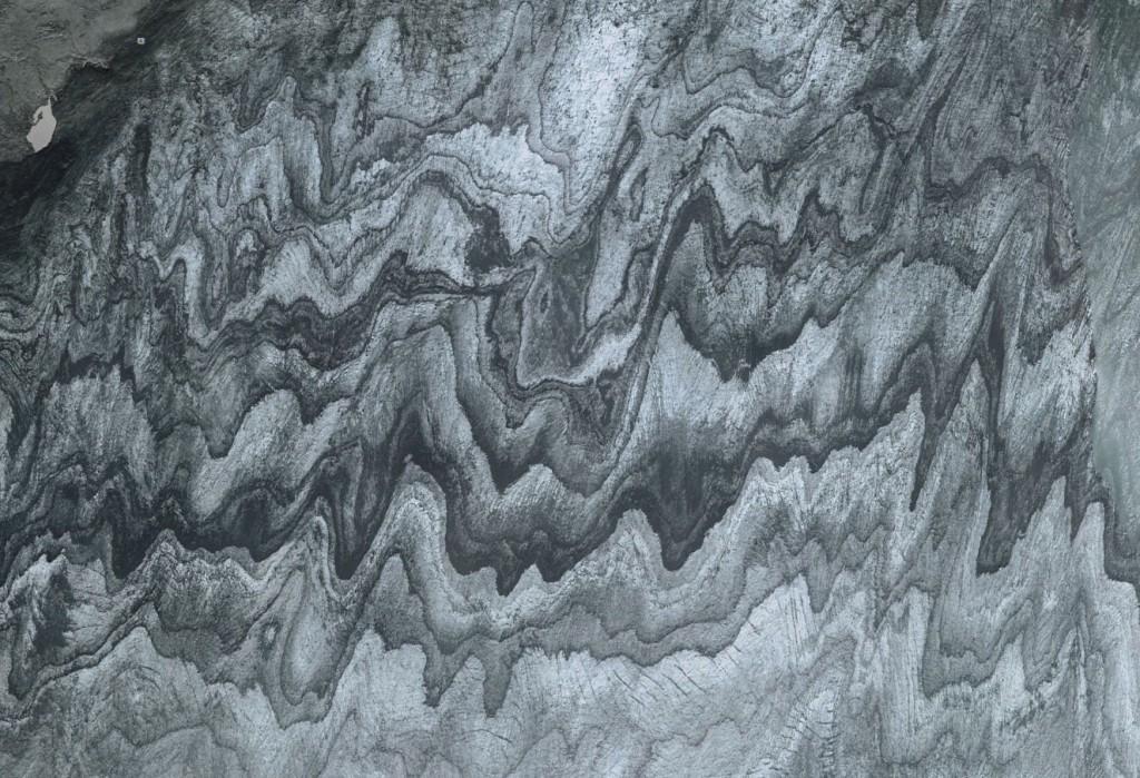 En esta imagen podemos apreciar un detalle del glaciar Vatnajökull, en Islandia. Se observan capas más claras y más oscuras de nieve debido a periodos de actividad volcánica cercana.