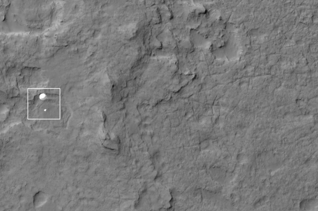 El Curiosity descendiendo en paracaídas por la atmósfera de Marte. NASA/JPL/University of Arizona.