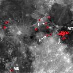 En rojo, localización de algunos de los volcanes más recientes de la Luna estudiados en esta investigación. NASA/GSFC/Arizona State University.